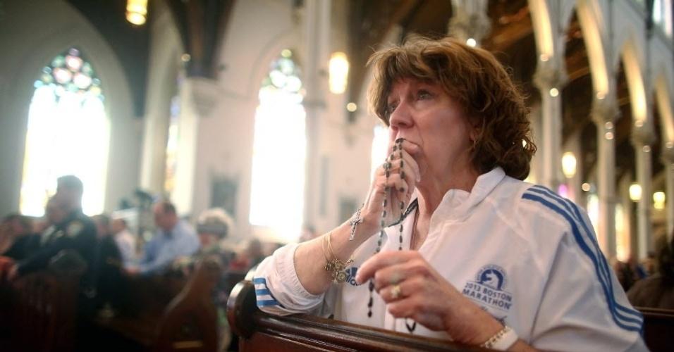 21.abr.2013 - Maureen Quaranto, enfermeira que cuidou de parte das vítimas da tragédia em Boston, faz orações em memória aos mortos nas explosões. O jovem Dzhokhar Tsarnaev, suspeito de ser co-autor do atentado, retomou sua consciência neste domingo (21), mas, por causa da gravidade de seu estado, voltou a ser sedado