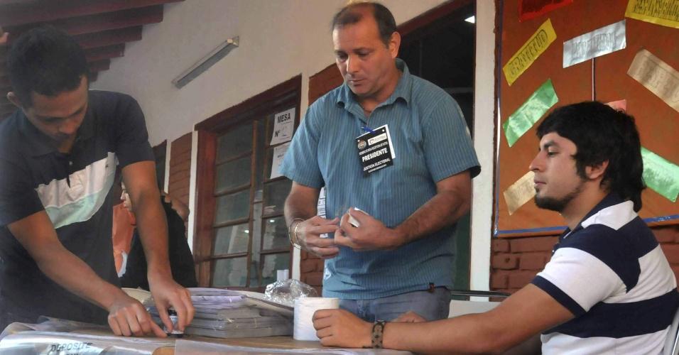 21.abr.2013 - Mesários preparam urnas em colégio de Assunção (Paraguai). A votação no país começou às 7h no horário local (8h no horário de Brasília).  Mais de três milhões de paraguaios vão às urnas neste domingo (21) nas sextas eleições realizadas desde a redemocratização no país, em 1989