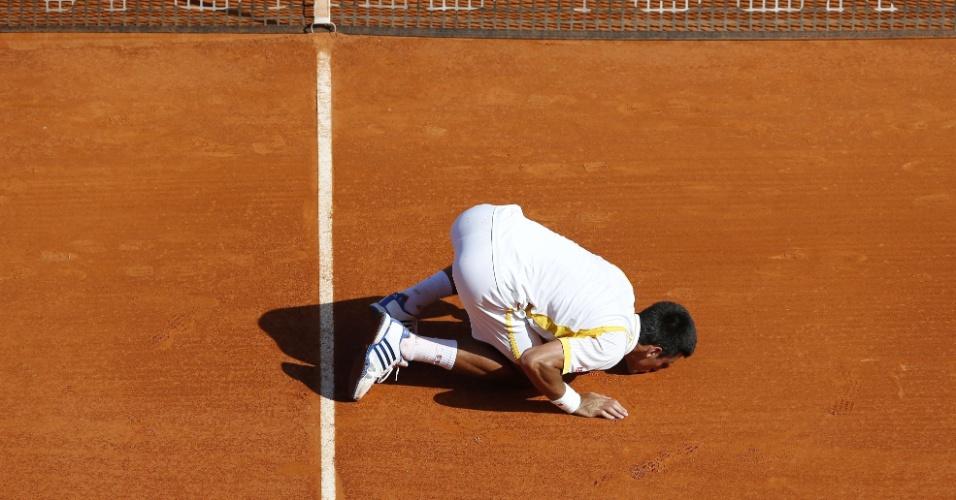21.abr.2013 - Novak Djokovic beija a quadra após vitória sobre Rafael Nadal na final do Masters 1000 de Monte Carlo