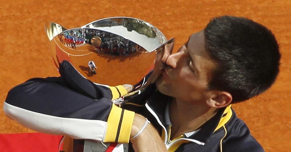 21.abr.2013 - Novak Djokovic beija o troféu do Masters 1000 de Monte Carlo conquistado com uma vitória sobre Rafael Nadal