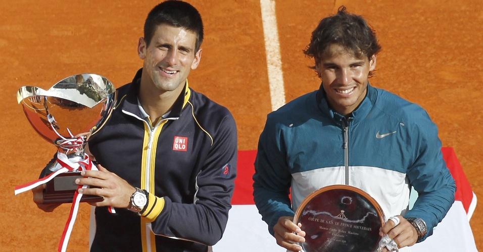 21.abr.2013 - Novak Djokovic e Rafael Nadal posam com os troféus do torneio de Mônaco