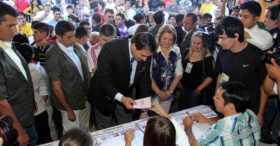 21.abr.2013 - Presidente paraguaio Federico Franco, vota em Assunção. Ele assumiu o cargo depois de um impeachment controverso que depôs o ex-presidente Fernando Lugo, em junho do ano passado. Desde então o país está suspenso do Mercosul (Mercado Comum do Sul)
