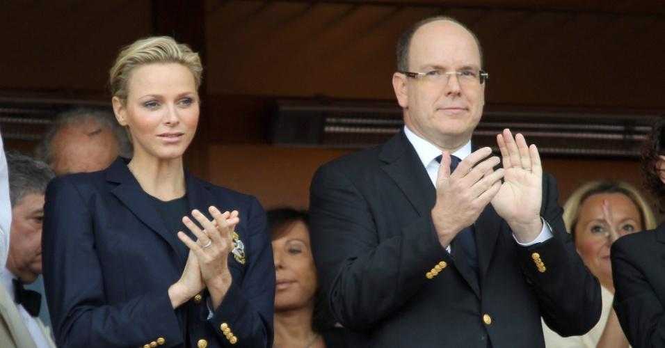 21.abr.2013 - Príncipe Albert II de Mônaco acompanha a final do Masters de Monte Carlo entre Rafael Nadal e Novak Djokovic