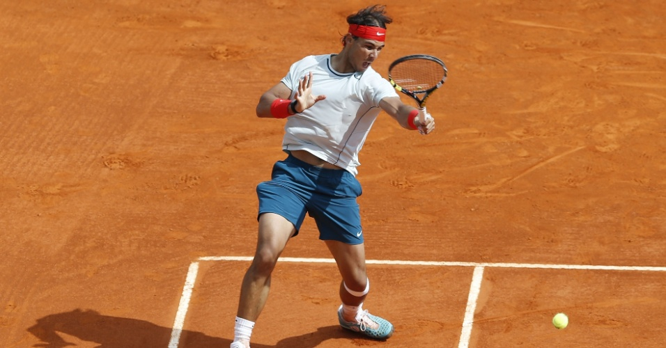 21.abr.2013 - Rafael Nadal ataca a bola na partida contra o sérvio Novak Djokovic