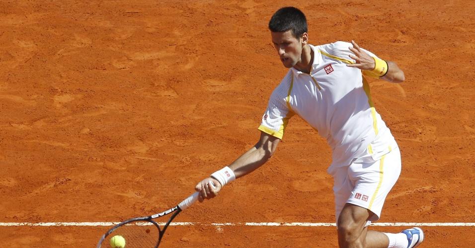 21.abr.2013 - Sérvio Novak Djokovic ataca a bola na partida contra o espanhol Rafael Nadal