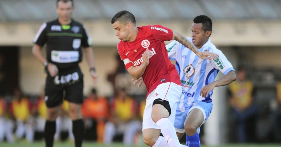 Meia D'Alessandro tenta passar pelo marcador, durante jogo Inter x Lajeadense (21/04/13)