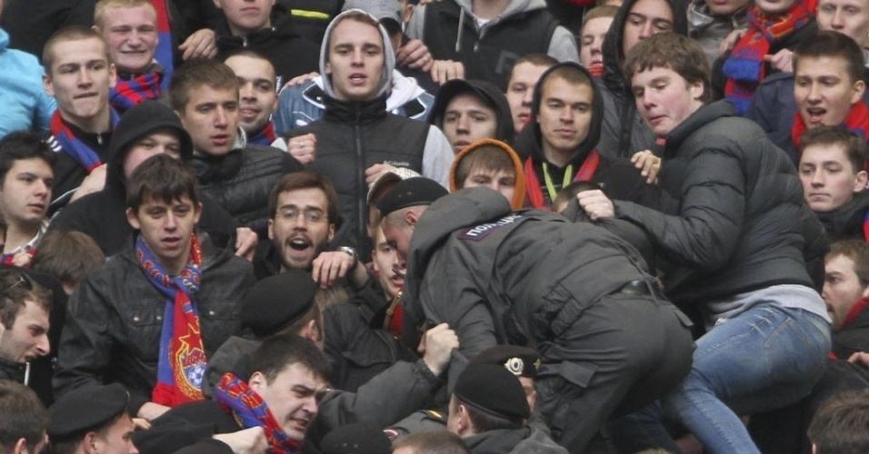 Policial se infiltra no meio da torcida do CSKA antes de clássico russo contra o Spartak Moscou; jogo teve briga de torcidas