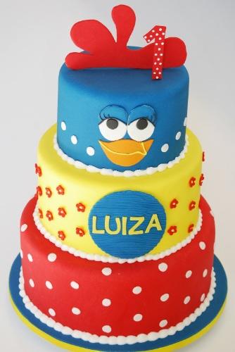 . Não há a menor dúvida de que esse bolo da Nika Linden (www.nikalinden.com.br) foi feito para uma fã da Galinha Pintadinha. A decoração mistura poás, flores e a carinha da personagem que é uma febre entre as crianças