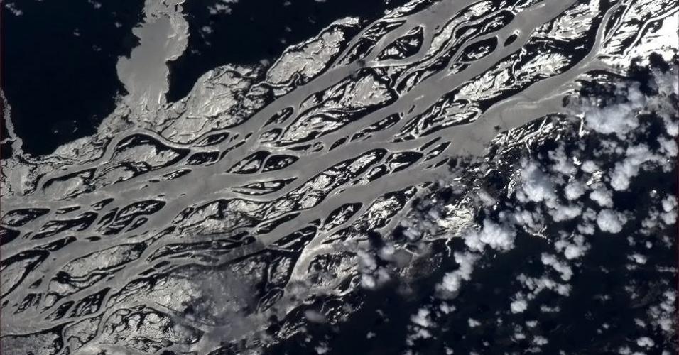 """19.abr.2013 - """"O brilho do sol transforma este rio em prata líquida"""", explica o astronauta Hadfield no dia 14 de abril aos seus seguidores no Twitter e no Facebook"""