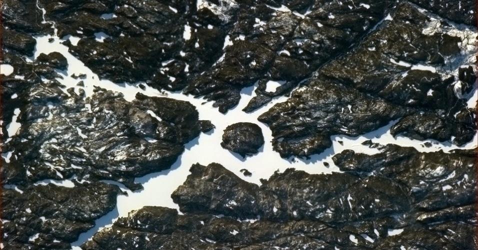 """19.abr.2013 - O canadense Chris Hadfield publicou uma foto de um lago do seu país, que estava completamente congelado no dia 15 de abril. """"Eu adoro patinar sobre os lagos congelados"""", aviso o astronauta"""