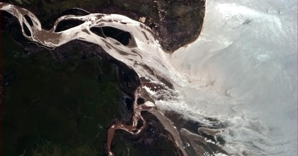 """19.abr.2013 - Um rio africano """"vomita"""" no oceano Índico, escreve o astronauta Hadfield no dia 14 de abril"""