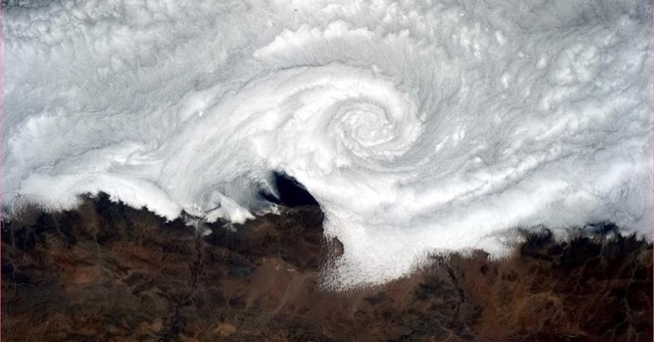 19.abr.2013 - Um turbilhão de nuvens encobre a costa chilena, mostra o astronauta Hadfield no dia 13 de abril