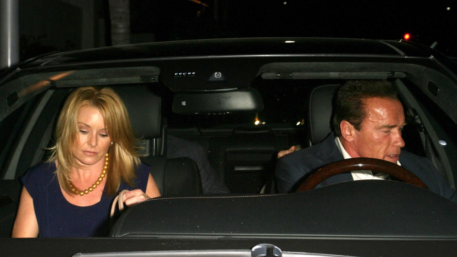 20.abr.2013 - Ator Arnold Schwarzenegger sai para jantar com a namorada Heather Milligan em Beverly Hills