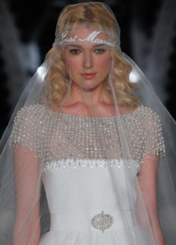 20.abr.2013 - desfile de Reem Acra na NY Bridal Week. Modelo desfila véu de tule que leva o escrito 'just married' (recém-casados, em tradução livre do inglês)