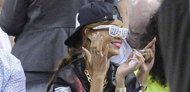 21.abr.2013 - A cantora Rihanna usa óculos