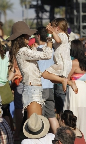 21.abr.2013 - A modelo Alessandra Ambrsio brinca com a filha Anja no festival de msica Coachella, nos EUA