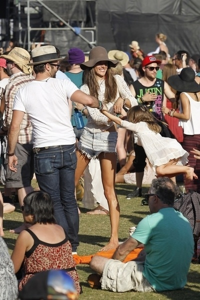 21.abr.2013 - A modelo Alessandra Ambrsio e o marido Jamie Manzur brincam com a filha Anja no festival de msica Coachella, nos EUA