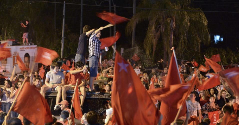 21.abr.2013 - Apoiadores do candidato do Partido Colorado eleito, Horacio Cartes, celebram a vitória em Assunção, no Paraguai. O segundo lugar ficou com o Efraín Alegre, do PLRA (Partido Liberal Radical Autêntico)