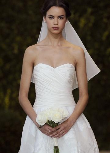 21.abr.2013 - desfile Carolina Herrera na NY Bridal Week. Modelo desfila tomara que caia drapeado com saia em tecido bordado