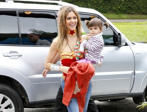 21.abr.2013 - Fernanda Lima chega com a sobrinha, Betina, na festa de aniversrio dos filhos Joo e Francisco em um buffet da Barra da Tijuca, no Rio. Os gmeos, frutos de seu casamento com Rodrigo Hilbert, completaram cinco anos 