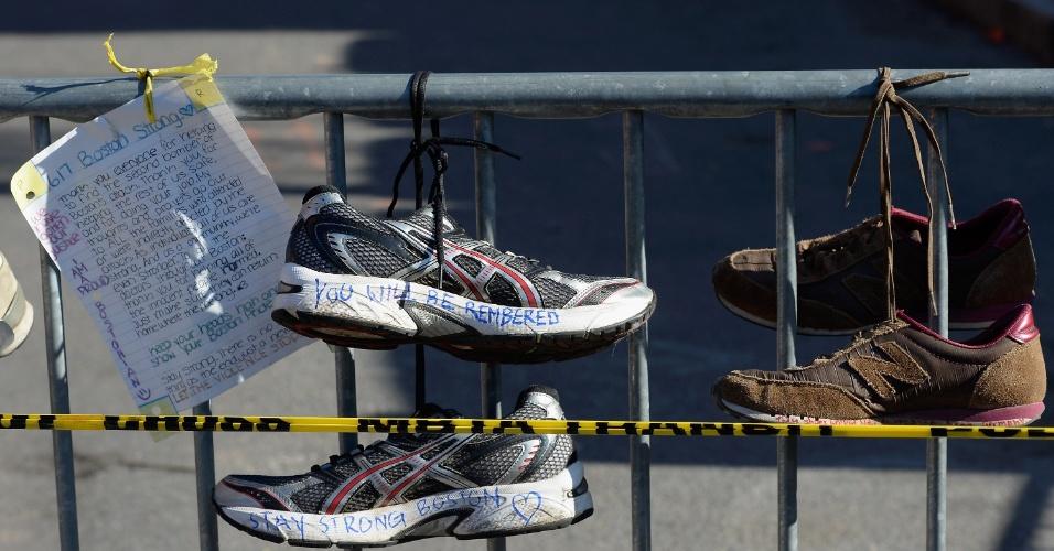 22.abr.2013 - Tênis de corrida são colocados em memorial em homenagem às vítimas do atentado na Maratona de Boston, na interseção entre a Newbury street e a Darthmouth street, em Boston, Massachusetts (EUA)
