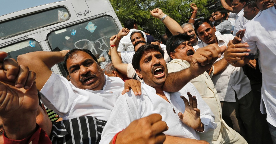 22.abr.2013 - Apoiadores do partido de oposição Bharatiya Janta (BJP), protestam contra o estupro de uma menina de cinco anos, em Nova Déli, na Índia. Os manifestantes chamam a atenção também para as formas como as autoridades lidam com os casos de violência sexual. A polícia indiana deteve um homem suspeito de ter cometido o crime. A menina, estuprada brutalmente durante dois dias, está hospitalizada