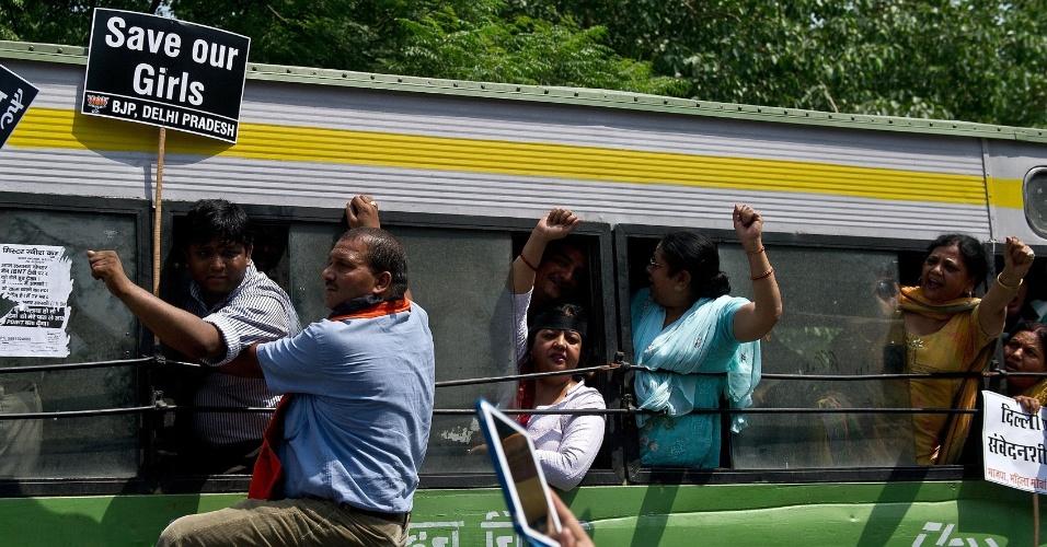 22.abr.2013 - Com placas em punho e lotando um ônibus, manifestantes protestam contra o estupro de menina de cinco anos de idade em Nova Déli, nesta segunda-feira (22). A polícia indiana deteve um homem suspeito de ter cometido o crime. A menina, estuprada brutalmente durante dois dias, está hospitalizada. O caso gerou grandes protestos no país