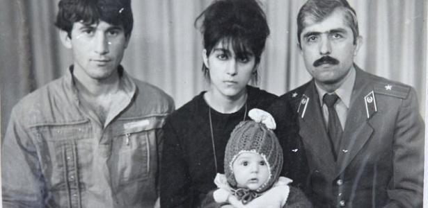 22.abr.2013 - Foto de família mostra Tamerlan Tsarnaev ainda bebê, com sua mãe, Zubeidat, o pai, Anzor e o tio Muhamad Suleimanov