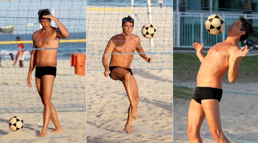22.abr.2013 - Márcio Garcia jogou futevôlei na praia da Barra da Tijuca, zona oeste do Rio