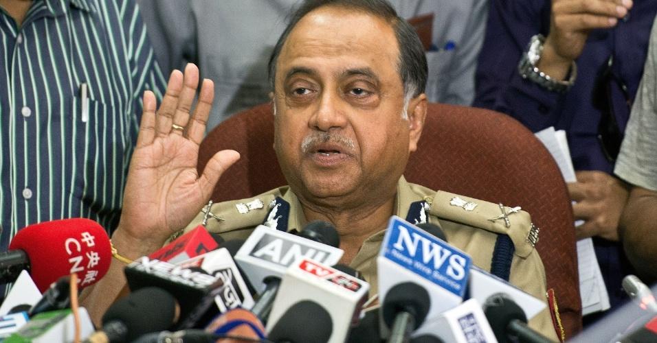 22.abr.2013 - O Comissionário da Polícia de Nova Déli, Neeraj Kumar, gesticula enquanto concede uma entrevista coletiva sobre a prisão do segundo suspeito do estupro de uma menina de cinco anos, na última semana, na Índia