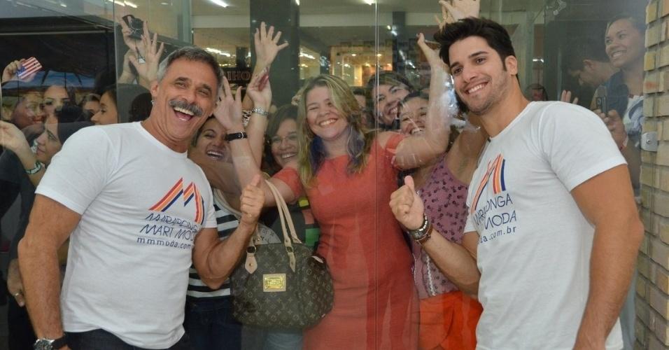 22.abr.2013 - O ex-BBB Marcello Soares e o ator Oscar Magrini tiram fotos com fãs durante o Festival de Moda de Fortaleza, no qual desfilaram, em Fortaleza, no Ceará