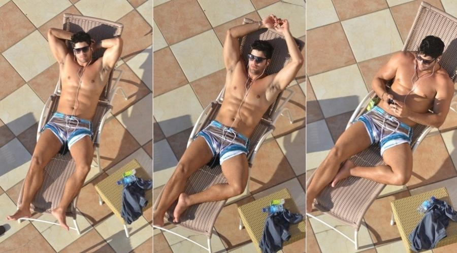 22.abr.2013 - O ex-BBB Marcello Soares curtiu a piscina do hotel onde está hospedado em Fortaleza. O modelo desfilou nesta segunda em um evento de moda na cidade