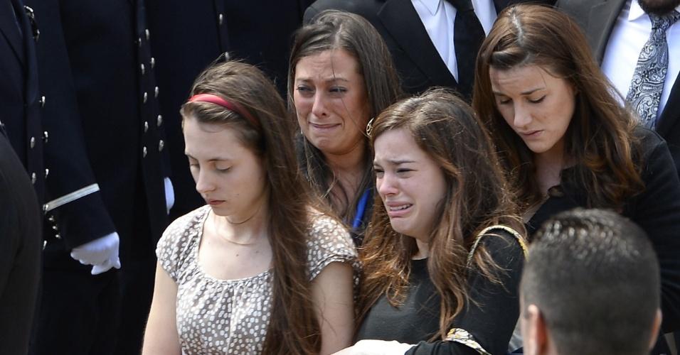 22.abr.2013 - Parentes e amigos de Krystle Campbell, 29, uma das vítimas do atentado à bomba na Maratona de Boston, em 15 de abril, deixam a igreja de St. Joseph, em Medford, Massachusetts (EUA), onde ocorreu o funeral e vão para o cemitério onde o corpo da jovem será enterrado