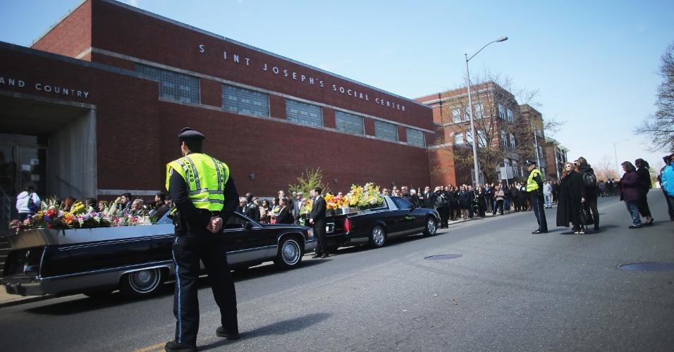 22.abr.2013 - Pessoas aguardam em fila para assistir ao funeral de Krystle Campbell, 29, uma das vítimas do atentado na Maratona de Boston