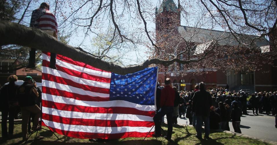 22.abr.2013 - Pessoas se reúnem do lado de fora da igreja de St. Joseph, em Medford, Massachusetts (EUA), onde ocorreu o funeral de Krystle Campbell, 29, uma das vítimas do atentado à bomba na Maratona de Boston, em 15 de abril