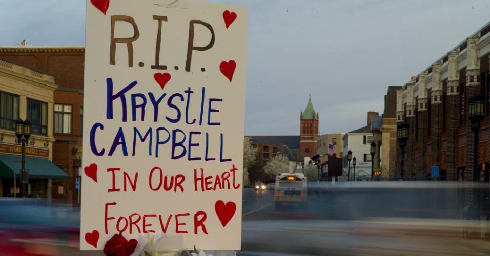 """22.abr.2013 - Placa onde se lê """"R.I.P [Descanse em paz] Krystle Campbell, em nosso coração para sempre"""" é colocada na praça Medford, próximo à igreja de St. Joseph, em Medford, Massachusetts (EUA), onde acontecerá o funeral de Campbell, uma das vítimas do atentado na Maratona de Boston, que matou três pessoas e deixou mais de 170 feridas"""