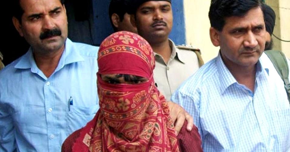 22.abr.2013 - Polícia indiana escolta Pradeep Kumar, o segundo acusado do estupro de uma menina de cinco anos, em Nova Déli, na última semana. Ele participou hoje de uma audiência no tribunal em Lakhisarai District. A menina, estuprada brutalmente durante dois dias, está hospitalizada. O caso gerou grandes protestos no país