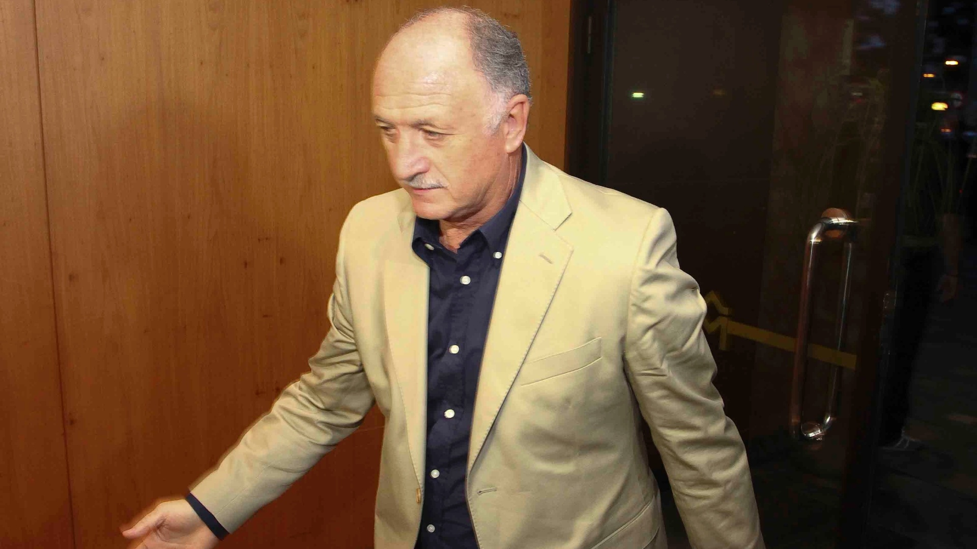 22.abr.2013 - Tcnico Luiz Felipe Scolari, o Felipo, desembarca em Belo Horizonte para se juntar  seleo brasileira