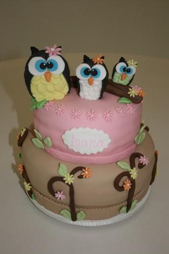 A Divino Dolce (www.divinodolce.com.br) é a responsável pela feitura desse bolo cheio de detalhes, começando pelas marcantes corujinhas que enfeitam a parte de cima e terminando nas minúsculas flores que deixam o bolo bem delicado