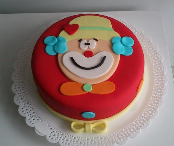 A Doceria da Lu (www.doceriadalu.com.br) é a responsável por esse bolo supercolorido, o Palhacinho