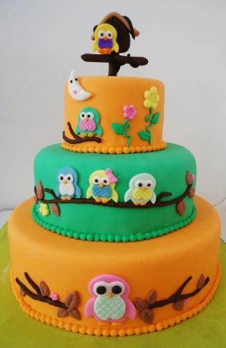 A festa Coruja, de aniversário de 1 ano de uma menina, ganhou um bolo que chama atenção não apenas pelas cores fortes, mas pelas aves graciosas que estão no entorno dos três andares e no topo. O doce é assinado por Pri Paixão (www.blogpripaixao.blogspot.com.br)