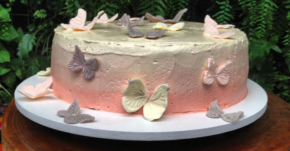 A festa Fadas, organizada pela Decoração do Baile (decoracaodobaile.wordpress.com), teve bolo de Tammy Montagna (www.tammymontagna.com), decorado com uma espécie de tinta comestível metalizada. As borboletas não são apenas decorativas, pois também pode ser degustadas