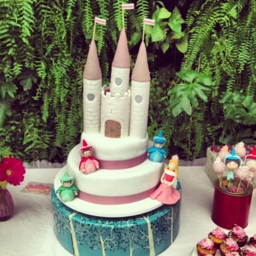 A pasta americana foi usada nesse bolo para construir o castelo de uma festa cujo tema era Princesas. As personagens também estão no bolo feito por Tammy Montagna (www.tammymontagna.com) na festa realizada pela Decoração do Baile (decoracaodobaile.wordpress.com)