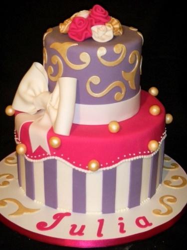 A Sweet Carolina The Art of Cake (www.sweetcarolina.com.br) criou o bolo Presente. Tem cores bem femininas e pequenas bolinhas que imitam pérolas