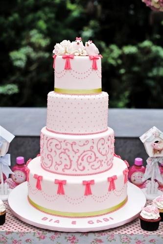 A Sweet Carolina The Art of Cake (www.sweetcarolina.com.br) fez o bolo Passarinhos para o aniversário de duas meninas. Cada um dos quatro andares é decorado com elementos delicados feitos de pasta americana. No topo, há duas ?passarinhas? representando as aniversariantes