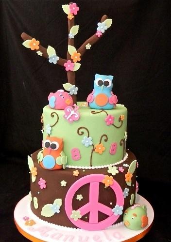 Bolo Peace, da Sweet Carolina The Art of Cake (www.sweetcarolina.com.br). Corujas, pássaros, flores e como não poderia faltar em um bolo com esse tema, um grande símbolo da paz