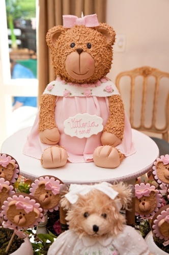 Esse grande urso que parece de pelúcia é um bolo de aniversário. Para essa festa de uma menina de um ano, a massa do doce é branca com recheio de chocolate. Da Piece of Cake (www.pieceofcake.com.br)