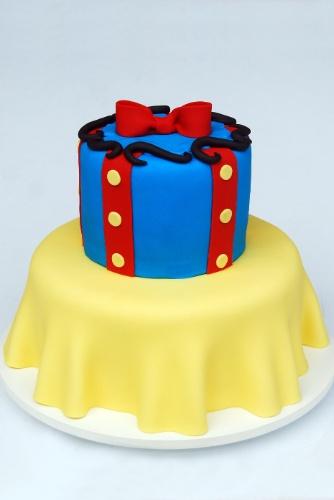 Mesmo se não fosse mencionado o nome da personagem, alguém teria alguma dúvida de que o tema deste bolo é a Branca de Neve? A criação de Nika Linden (www.nikalinden.com.br) reproduz com fidelidade o vestido da personagem