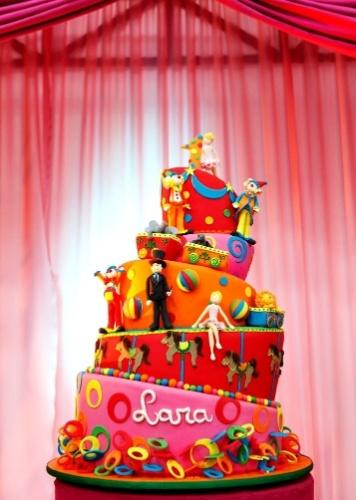 O bolo criado por Andrea Guimarães (www.andreaguimaraes.com.br) surpreende pela quantidade de detalhes. Os andares tortos se equilibram e trazem diversos personagens do circo, como mágico, palhaço, bailarina, Leão e Elefante