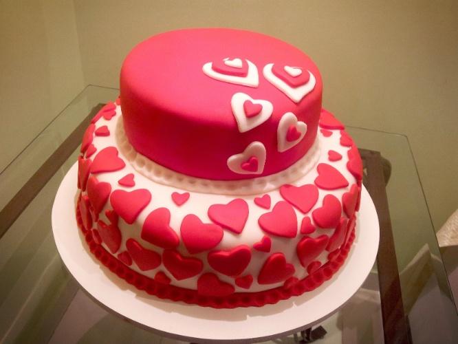 O bolo de dois andares, repleto de corações pink e branco, foi confeccionado pela Doceria da Lu (www.doceriadalu.com.br)